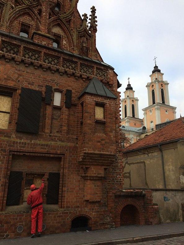Gotycka kamienica z przełomu XV i XVI wieku, tzw. Dom Perkuna - mieści się w niej Muzeum Adama Mickiewicza. W tle wieże kościła jezuitów. Fot. Paweł Wroński