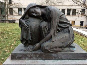 Jedna z rzeźb rozstawionych wokół Narodowej Galerii Sztuki, fot. Paweł Wroński