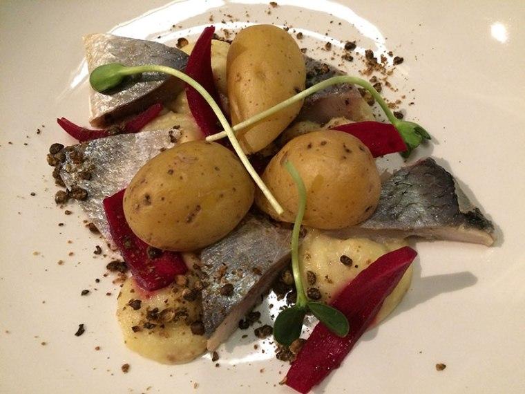 Śledź z jabłkami i musztardowym musem. do tego gotowane w mundurkach ziemniaki, fot. Paweł Wroński