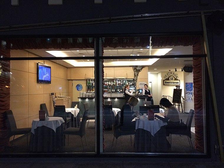 Restoranas 55 ma różne aneksy, dla klientów indywidualnych i grup. W nowoczesnym wystroju wykorzystano archaiczne detale oraz urządzenia do domowego pędzenia twardych alkoholi, fot. Paweł Wroński
