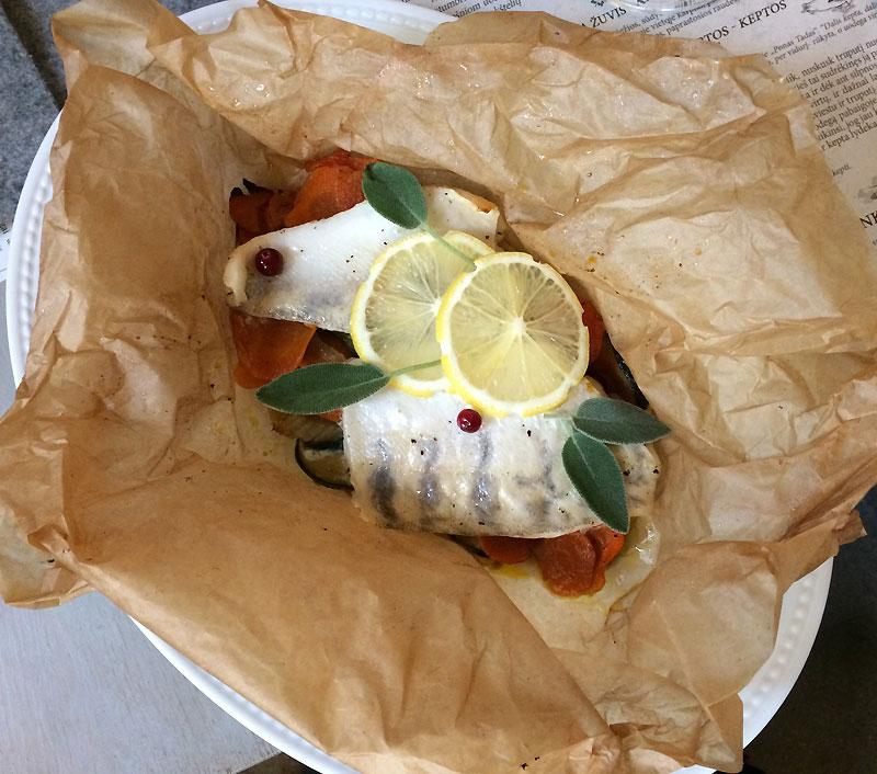Pieczony sandacz z porcją jesiennych warzyw, przystrojony listkami mięty i plasterkami cytryny, fot. Paweł Wroński