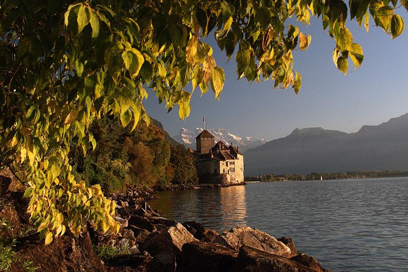 Ikona Szwajcarii Chateaux Chillon nad Jeziorem Genewskim, a w tle Dents du Midi, fot. Paweł Wroński