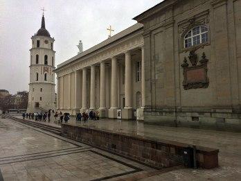 Elewacja południowa z kolumnadą i ścianą Kaplicy św. Kazimierza oraz wieża dzwonnica, fot. Paweł Wroński