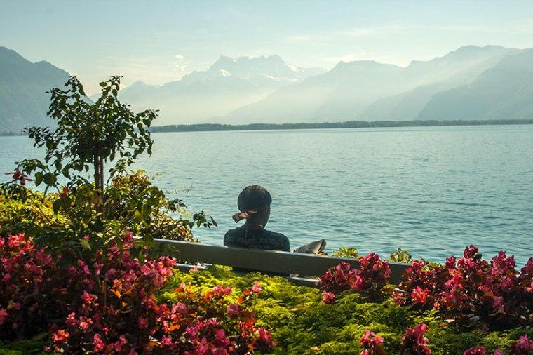 Masyw Dents du Midi majaczący w oddali w pogodny dzień nad Jeziorem Genewskim. Widok z promenady w Montreux, fot. Paweł Wroński