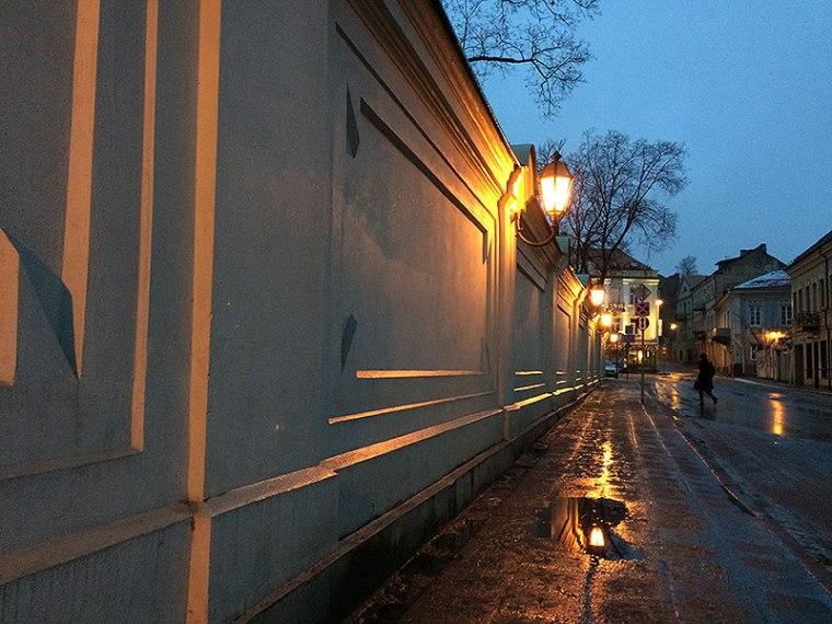 """Idąc z Placu Katedralnego wystarczy się trzymać muru parkowego przy Pałacu Prezydenckim. Dotrzemy prościutko do drzwi hotelu """"Artis"""", fot. Paweł Wroński"""