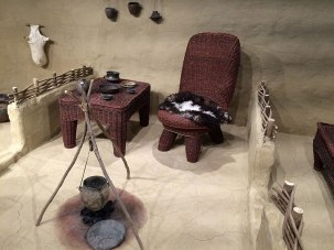 Rekonstrukcja typowej chaty. Zwraca uwagę podział na składzik, salon z kuchnią i sypialnię. Konstrukcja nośną, drzwi i meble wykonywano z trzciny. Fot. Paweł Wroński