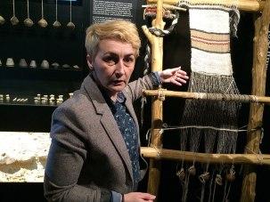 Kustosz muzeum pokazuje rekonstrukcję warsztatu tkackiego i motywy jakich używano przed 5 tysiącami lat. Fot. Paweł Wroński