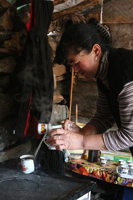 Po albańskiej stronie Gór Prokletije. Kawę parzy się wciąż na turecką modłę nieważne czy w Tiranie, czy tu na hali w pasterskim szałasie (katunie), fot. Paweł Wroński