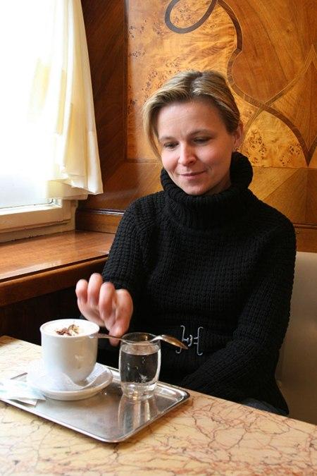 Od końca XVII wieku Austria wyznacza kawowe standardy - szeroki wachlarz sposobów jej parzenia i etykietę podawania. Zimą, w Café Tomaselli (http://www.tomaselli.at/) w Salzburgu, fot. Paweł Wroński