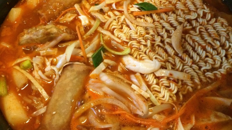Zestaw różnych klusek i pierożków z mięsem i warzywami w bardzo ostrym sosie, a i tak jeszcze podają do tego 'kimchi', fot. Paweł Wroński