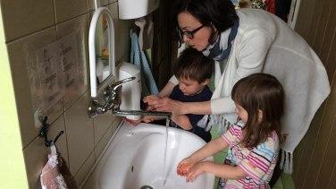 Jeśli chcemy pomóc, naprowadźmy jedynie ręce dziecka na właściwe tory, w żadnym wypadku nie wyręczajmy! Fot. Paweł Wrońśki