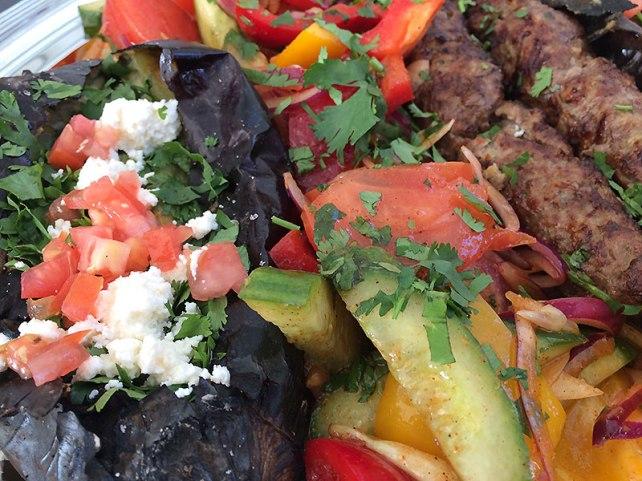 Bakłażan grillowany, kebab wołowy i warzywa, fot. Paweł Wroński,