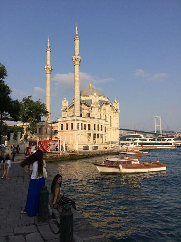 Meczet Ortaköy pochodzi z XIX wieku, a jego architekturę ukształtowały wzorce europejskiego baroku, fot. Paweł Wroński