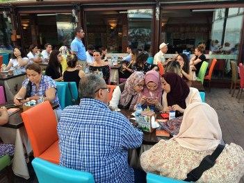 Stoiska i restauracje serwujące Kumpir tworzą całą strefę nieopodal Meczetu Ortaköy, fot. Paweł Wroński
