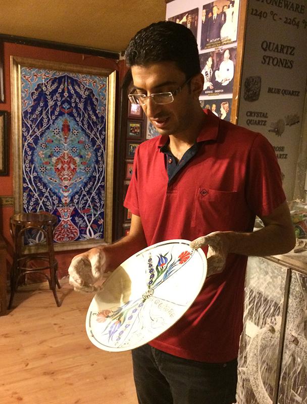 Siddik Dal prezentuje etapy wypalania, malowania i glazurowania ceramicznych przedmiotów, fot. Paweł Wroński