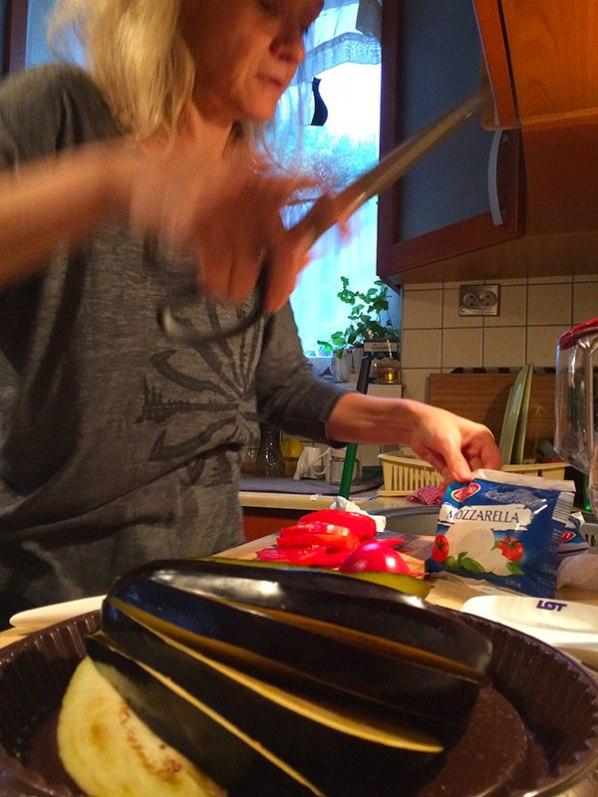 Rozwinięty w wachlarz bakłażan wypełnia się plasterkami Mozarelli i pomidora, fot. Paweł Wroński