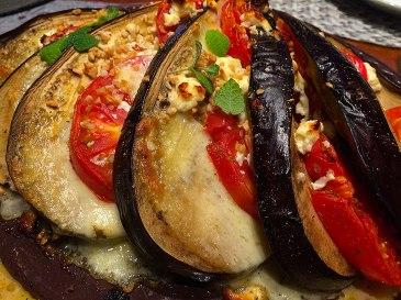 Gotowe danie można przystroić ziołami tak jak tutaj - miętą i bazylią, fot. Paweł Wroński