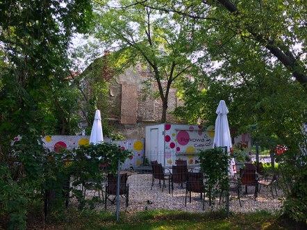 Bar z kamienicą w tle, fot. Paweł Wroński