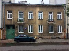 Stary, między nowymi budynkami, fot. Paweł Wroński