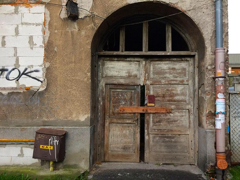 Przejazdowa brama w domu do rozbiórki, fot. Paweł Wroński