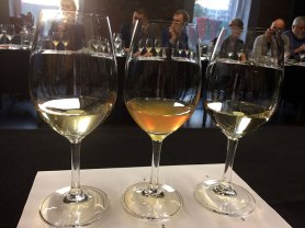 Od lewej - Buteo 2015, Grüner Veltliner Apertus 2015 (wino pomarańczowe) oraz Chardonnay Unique 2015, fot. Paweł Wroński