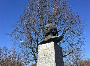 Popiersie patrona Parku Skaryszewskiego. Imię Ignacego Jana Paderewskiego nadano parkowi w 1929 roku. Pomnik wystawiono w 1988, fot. Paweł Wroński