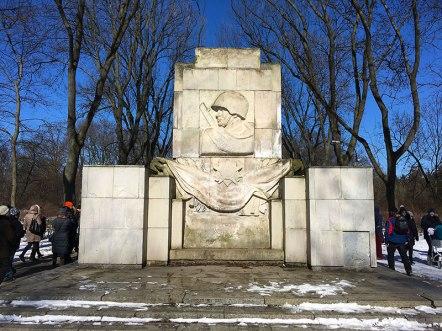 Pomnik Żołnierzy Radzieckich z 1946 roku. Można o nim śmiało powiedzieć, że to ruchomy pomnik, bo kilkakrotnie zmieniał miejsce postoju. Ostatecznie, choć nie wszyscy pochwalają jego istnienie, pozostał w parku, fot. Paweł Wroński