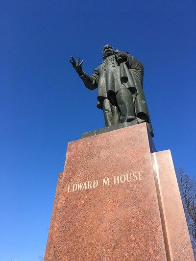 Pomnik Edwarda House'a z 1932 roku, amerykańskiego polityka i doradcy prezydenta USA Thomasa Woodrowa Wilsona., a zarazem gorącego orędownika odzyskania przez Polskę niepodległości po zakończeniu I wojny światowej. Pomnik ufundował Ignacy Jan Paderewski. Fot.: Paweł Wroński