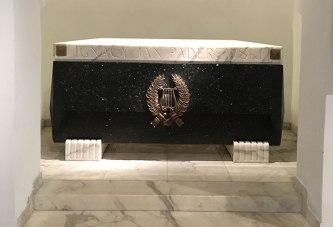Sarkofag w archikatedrze warszawskiej, w którym spoczywa tylko ciało Padrerewskiego, przeniesione z honorami do Polski w 1992 roku, w USA zostało serce Paderewskiego, fot. Paweł Wroński