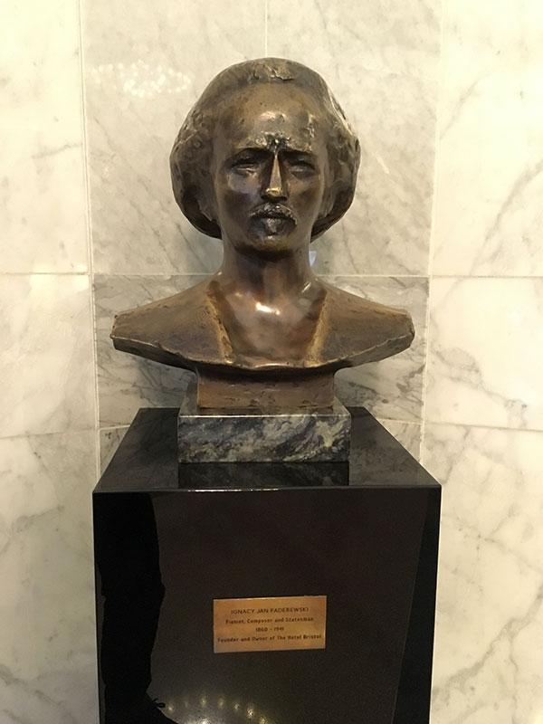 """Popiersie Paderewskiego w hallu """"Hotelu Bristol"""", fot. Paweł Wroński"""