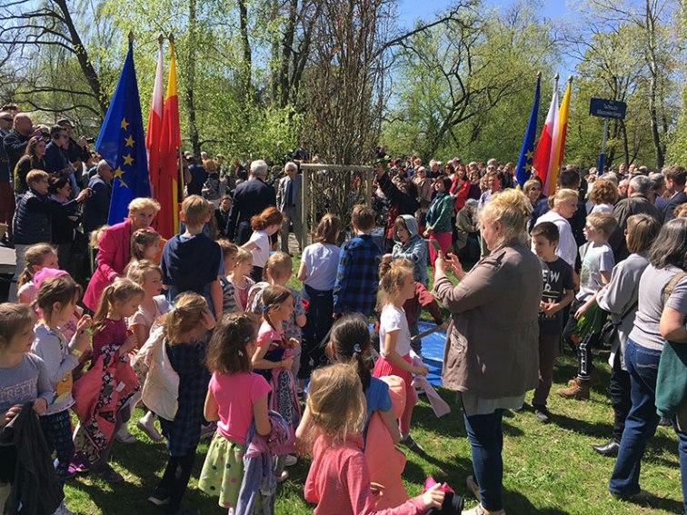 Na uroczystości było mnóstwo dzieci, które także wzięły udział w symbolicznym sadzeniu dębu, fot. Paweł Wroński