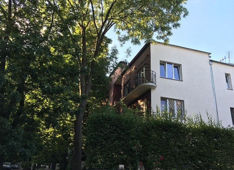 Jak cała Saska Kępa, Dąbrowiecka tonie w zieleni - ulica, przy której Stanislaw Barylski mieszkał pod numerem 8, fot. Paweł Wroński