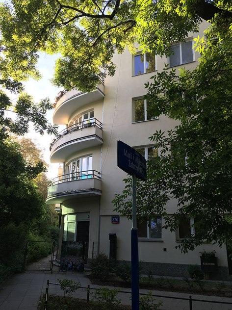 Balkony na rogu L-kształtnej kamienicy u zbiegu Walecznych i Łotewskiej, fot. Paweł Wroński