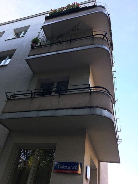 Balkony w narożniku kamienicy przy skrzyzowaniu Walecznych i Łotewskiej, fot. Paweł Wroński