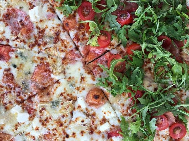 """Pizza, mega-pizza z lokalu """"Oliwa do ognia"""" - na jednej połowie Cztery sery, na drugiej Italiana, fot. Paweł Wroński"""