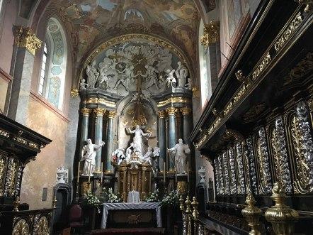 Prezbiterium z barokowymi stallami, dość odległymi od zalecanej cysterską regułą prostoty, fot. Paweł Wroński