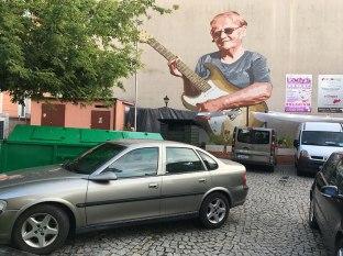 Mural na ścianie kamienicy vis a vis kina Echo przedstawia gitarzystkę w dojrzałym wieku, fot. Paweł Wroński