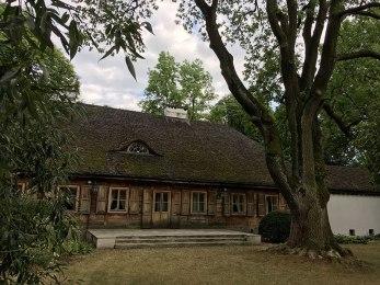Dwór drewniany w przypałacowym ogrodzie w Radziejowicach, fot. Paweł Wroński