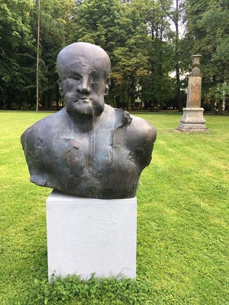Przed parkową fasadą radziejowickiego pałącu, fot. Paweł Wroński