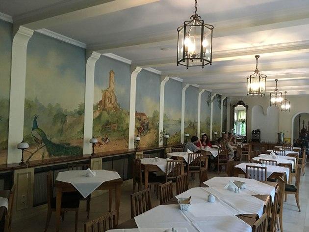 """Wnętrze """"Jadalni"""" - restauracji-kawiarni w pałacu w Radziejowicach, fot. Paweł Wroński"""