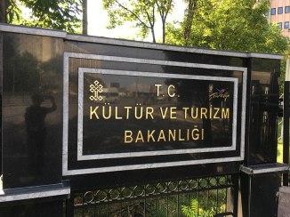 Ankara, tablica przed gmachem Ministerstwa Kultury i Turystyki, fot. Paweł Wroński