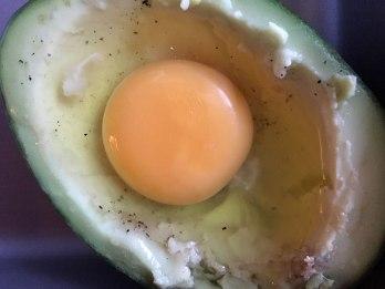 Jajko wbijamy do połówki avocado po wyjęciu części miąższu z owocu, fot. Paweł Wroński