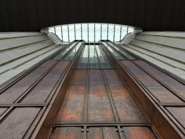 Świątynia Opatrzności Bożej na Nowym Wilanowie w Warszawie (jedna z czterech bram do świątyni - na obłożenie każdej z nich zużyto około tony miedzi, która z czasem pokryje się patyną), fot. Paweł Wroński