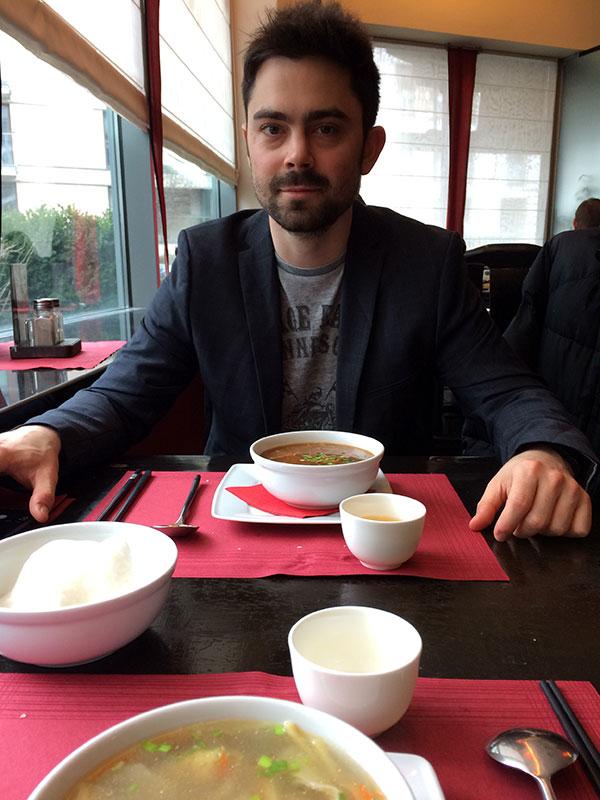 Czas na zupę (Maciej zamówił pikantno-kwaśną; ja - Wonton z pierożkami z krewetkowym farszem), fot. Paweł Wroński