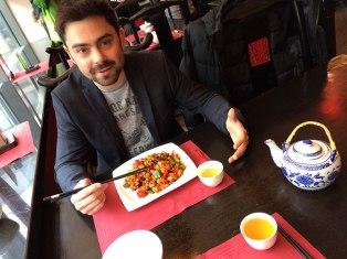 Mój syn zajada się kurczakiem Gongbao z nerkowcami i warzywami, fot. Paweł Wroński