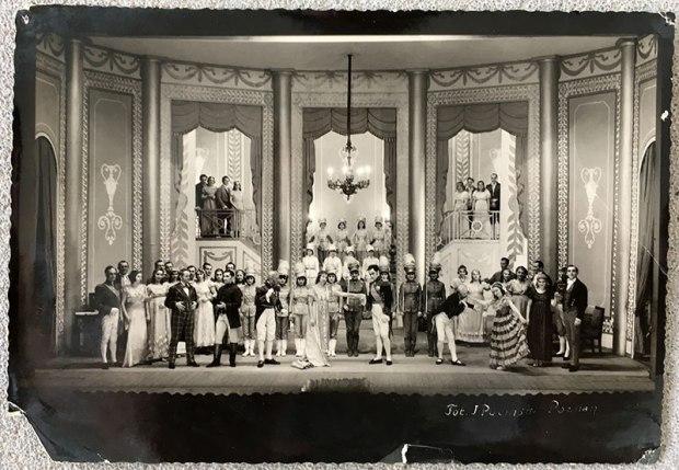 W scenie zbiorowej podczas spektaklu, fot. Paweł Wroński