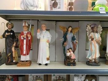 Maltańskie dewocjonalia ze sklepowej półki, fot. Paweł Wroński