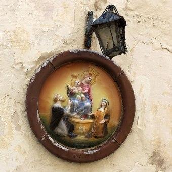 Religijne emblematy na ścianach maltańskich domów, fot. Paweł Wroński