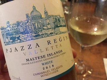 """Mġarr, Restauracja """"United"""" - tutaj podają także lokalne wina, chyba, że ktoś się upiera przy włoskich, to też dostanie, fot. Paweł Wroński"""