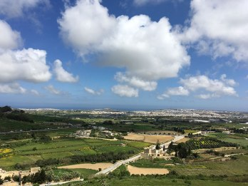Z murów Mdiny widać wybrzeże Malty, fot. Paweł Wroński